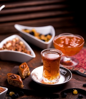 аzeriバクラヴァとクルミとお茶