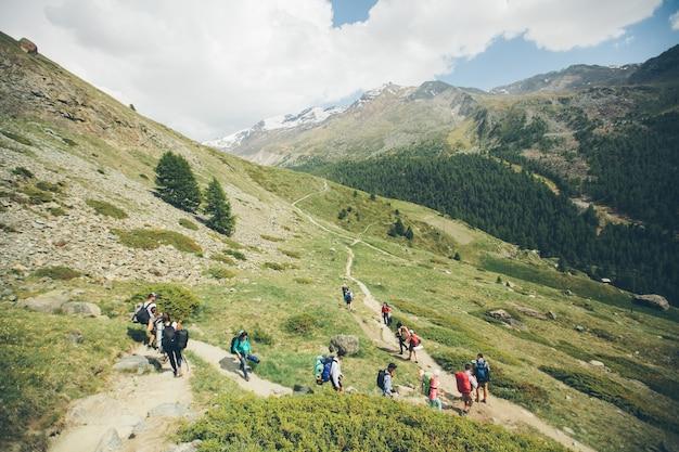 Церматт, швейцария - 21 июня 2017: гора маттерхорн с белым снегом и голубым небом в городе церматт в швейцарии. люди идут на гору