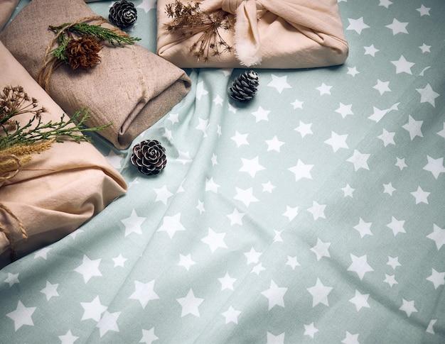 Нулевые отходы и экологически чистая рождественская концепция. рождественские подарки в льняной упаковке