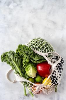 廃棄物ゼロと健康食品のコンセプト。ネットバッグの野菜