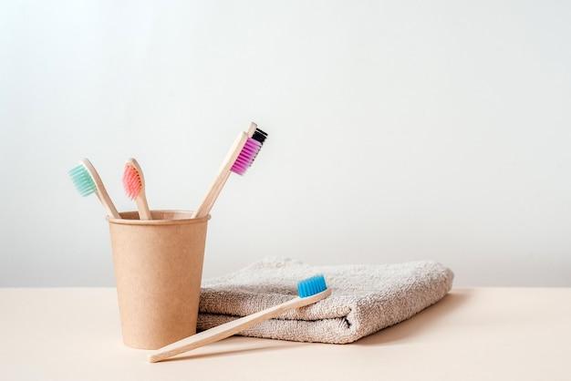 ゼロウェイストコンセプトの持続可能なライフスタイルを備えた紙コップ歯科治療におけるゼロウェイスト竹歯ブラシ