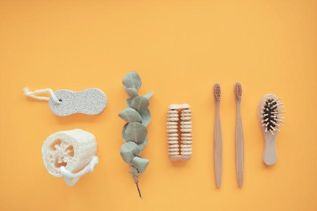 Никаких отходов. аксессуары для ванной, натуральная щетка, деревянная расческа, масло, средство для снятия макияжа в стеклянной таре, бамбуковые зубные щетки. концепция эко-продукта.