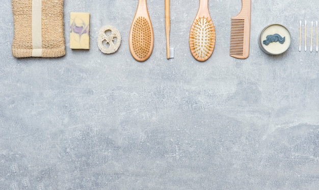 회색 배경에 제로 폐기물 욕실 액세서리. 천연 에코 대나무 제품.