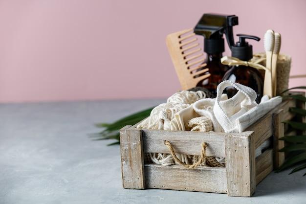 ゼロ廃棄物美容ボディケアとカラーペーパーの背景にハウスクリーニングアイテム