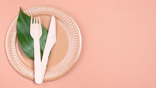 ゼロウェイスト生分解性食器カトラリーとプレート上の葉