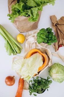 ゼロウェイストの概念。パッケージフリーのフードショッピング。有機果物と野菜が入った環境にやさしいナチュラルバッグ。持続可能なライフスタイルのコンセプト。プラスチックフリーのアイテム。再利用、削減、拒否します。