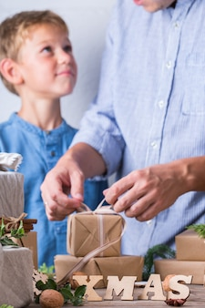 제로 폐기물 크리스마스 개념 아버지와 아들 포장 선물