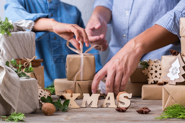 Безотходная рождественская концепция отец и сын, упаковка подарков
