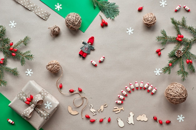 . ноль отходов рождество, концепция плоский макет на деревенском дереве. подарки ручной работы, натуральные рождественские украшения без пластика, из биоразлагаемых материалов. плоская планировка, вид сверху на крафт-бумагу.