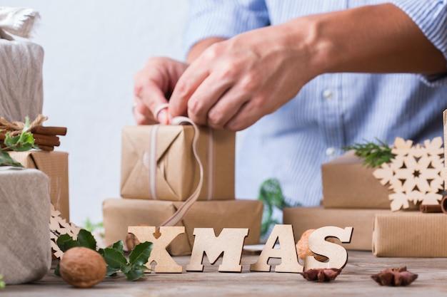 제로 폐기물 크리스마스 개념 남성 손 포장 선물