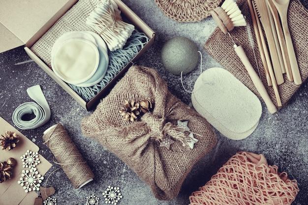 ゼロウェイストクリスマスプレゼント。テーブルの上に並べられた環境にやさしい製品。