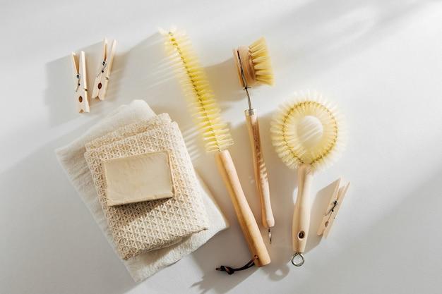 폐기물 제로, 퇴비화 가능한 청소 도구. 나무 접시 브러시와 빨래집게.
