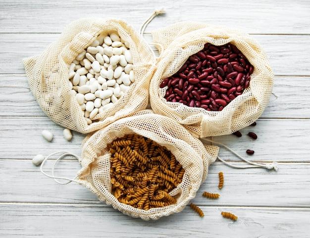 Концепция нулевых отходов. эко-пакеты с фасолью и макаронами. экологичная концепция покупок и приготовления пищи, плоская планировка