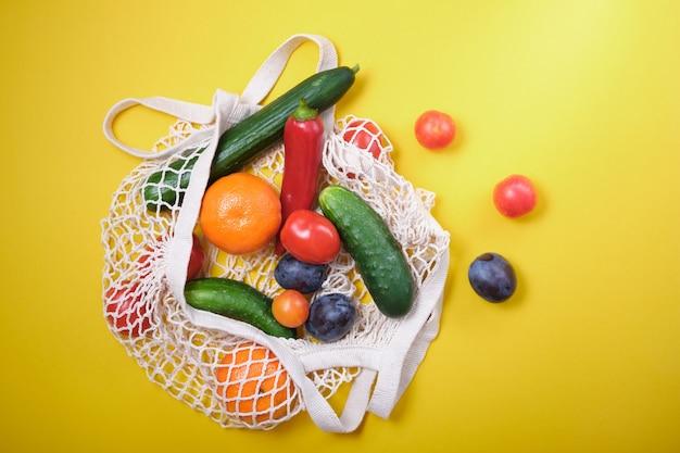 제로 폐기물 개념 : 재사용 가능한 그물 가방에 신선한 야채. 지속 가능한 라이프 스타일.