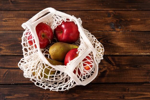 廃棄物ゼロのコンセプト。ネットバッグの果物
