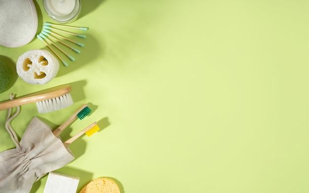 제로 폐기물 개념입니다. 리넨 가방, 대나무 칫솔, 빗, 컬러리, 이어스틱. 녹색 배경에 유행 그림자입니다. 윤리적 친환경적이고 지속 가능한 생활 방식. 평면도. 평면 lay.copy 공간입니다. 배너