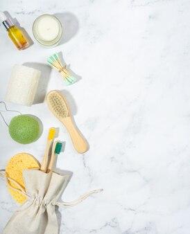 제로 폐기물 개념.린넨 가방, 대나무 칫솔, 나무 귀 스틱, 유리에 소이 왁스 양초. 유행 그림자, 흰색 배경입니다. lagurus 말린 꽃.친환경, 지속 가능한 라이프 스타일.복사 공간