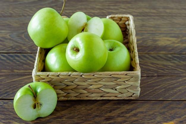 Концепция нулевых отходов. никакого пластикового понятия. коробка водяного гиацинта со спелыми зелеными яблоками на деревянных фоне.