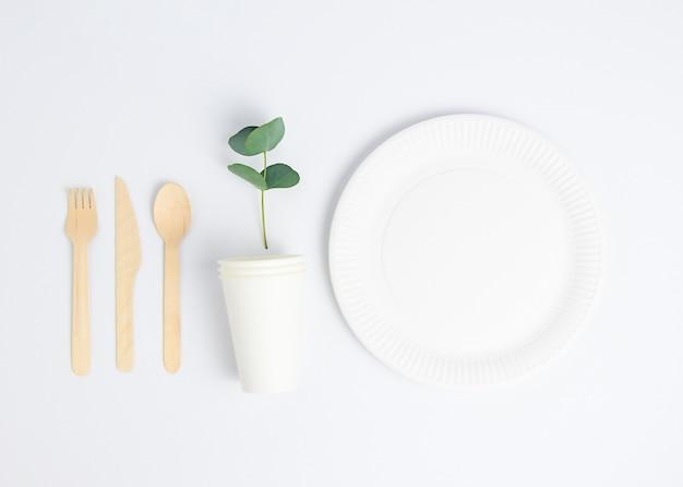 Концепция нулевых отходов, бумага, деревянная посуда, чашки. белый фон.