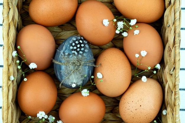 제로 폐기물 부활절 배경. 플라스틱 개념이 없습니다. 최소한의 스타일. 섬유 배경에 갈색 닭 계란 베이지 색 물 히아신스 상자.