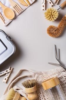 ゼロウェイスト環境にやさしい、持続可能な消費の概念。プラスチックを使わないキッチンクリーニングツール、コットンバッグ、再利用可能なカトラリー、リサイクル素材で作られた道具の高角度ビュー