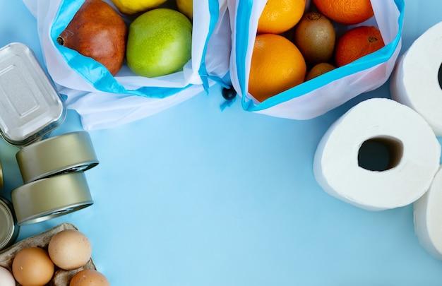ゼロウェイスト食品の買い物と綿のエコバッグでの保管。新鮮な野菜や果物が入った再利用可能なバッグ。持続可能な、倫理的な、プラスチックのないライフスタイル。上面図、フラットレイ