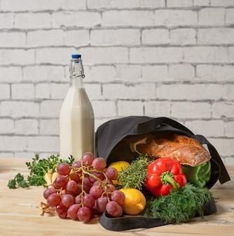 廃棄物ゼロのショッピング。トートバッグに果物と野菜が入ったエコナチュラルバッグ、エコフレンドリー、