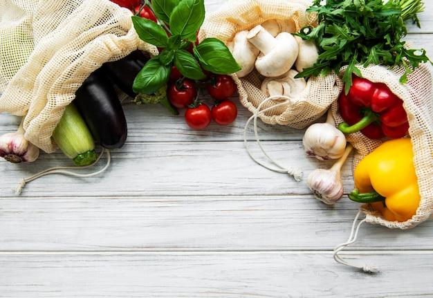 Покупки продуктов без отходов. эко натуральные пакеты с овощами, экологически чистые, плоской формы.
