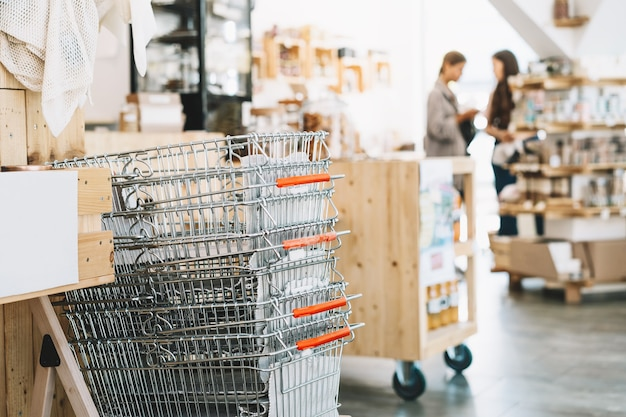 식료품 및 재사용 가능한 다양한 유리병을 위한 제로 폐기물 식품 쇼핑 금속 바구니
