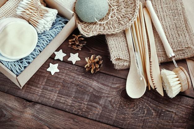 廃棄物ゼロ。木製のテーブルのオープンボックスに環境に優しいプレゼント