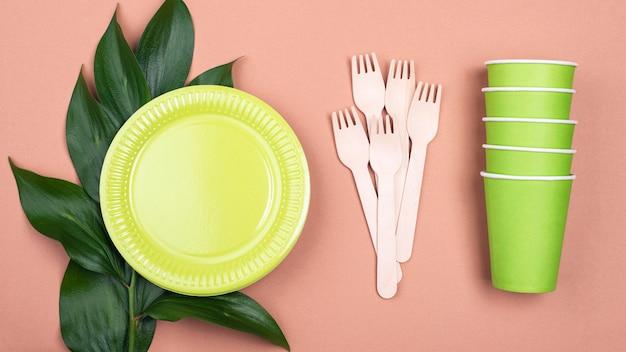 Безотходная зеленая биоразлагаемая посуда и растения