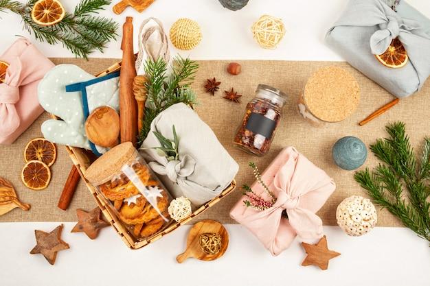 ごみゼロの家庭は、クリスマスやその他の休日にプレゼントを作りました。プラスチックのない素朴で再利用可能な環境に優しいパッケージ