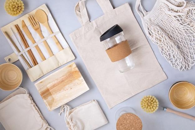 제로 폐기물 키트. 친환경 대나무 칼 붙이, 메쉬 코튼 백, 재사용 가능한 커피 텀블러 및 물병 세트. 지속 가능하고 윤리적이며 플라스틱이없는 라이프 스타일.