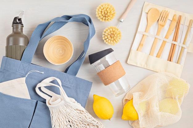 제로 폐기물 키트. 친환경 대나무 칼 붙이, 메쉬 면봉, 재사용 가능한 커피 텀블러, 브러쉬 및 물병 세트. 지속 가능하고 윤리적이며 플라스틱이없는 개념
