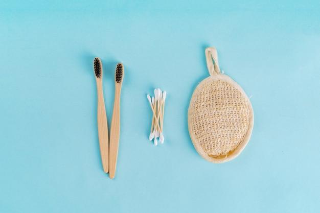 木製のtoothbrus、綿棒、布の無駄のない最小限の朝のセット。プラスチックなし