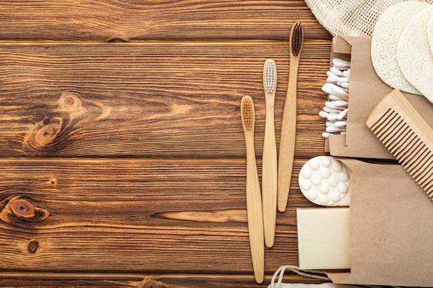 ゼロウェイストナチュラルバス製品。竹の歯ブラシ、石鹸綿棒木の棒、白い大理石の背景にルーファの手ぬぐい。フラットレイコピースペース。環境にやさしい、ゼロウェイスト、プラスチックフリーのデンタルケア