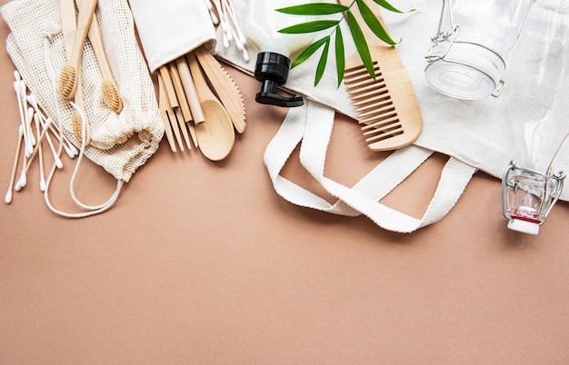 Безотходные продукты натуральной косметики на коричневом. плоская планировка.