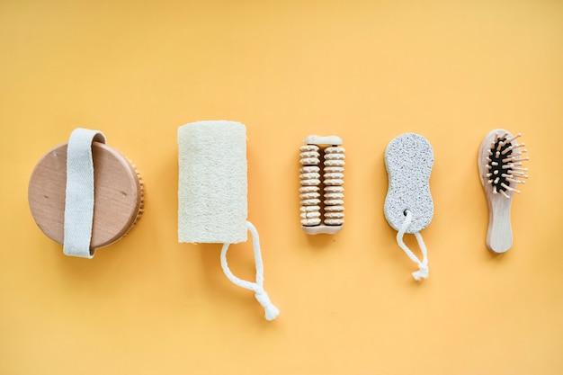 Нулевые отходы аксессуаров для ванной, натуральной щетки, деревянной расчески, масла, средства для снятия макияжа в стеклянной таре. концепция образа жизни, плоская планировка.