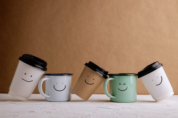 Безотходные продукты. набор счастливой корзины кофе. уменьшите количество пластиковой упаковки. окружающая среда, забота об экологии, возобновляемая концепция. улыбающееся лицо мультфильм нарисованный на нем