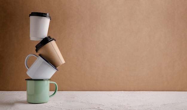 ゼロウェイスト製品。リサイクルコーヒーカップのセットです。プラスチック包装を減らします。環境、エコロジーケア、再生可能コンセプト。ワイドスクリーンサイズ