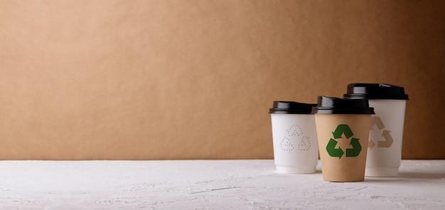 제로 폐기물 제품. 재활용 커피 컵 세트입니다. 플라스틱 포장을 줄이십시오. 환경, 생태 관리, 재생 가능한 개념