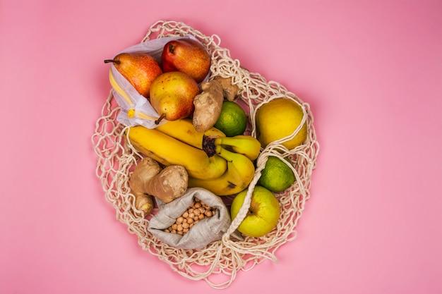 新鮮な果物が入った無駄のないストリングバッグ