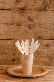 木製の壁にピクニック用の廃棄物ゼロの食器セット。環境への意識の概念。コピースペース