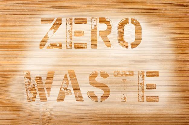 ゼロウェイスト。古い竹の木の表面の写真の古い文字からのテキスト。