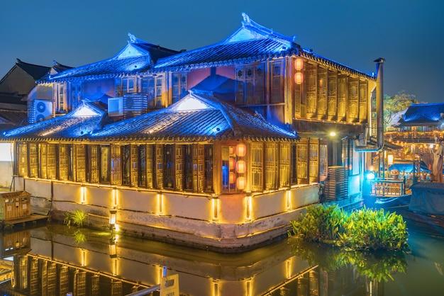 夜、中国蘇州の周zh古街の通り