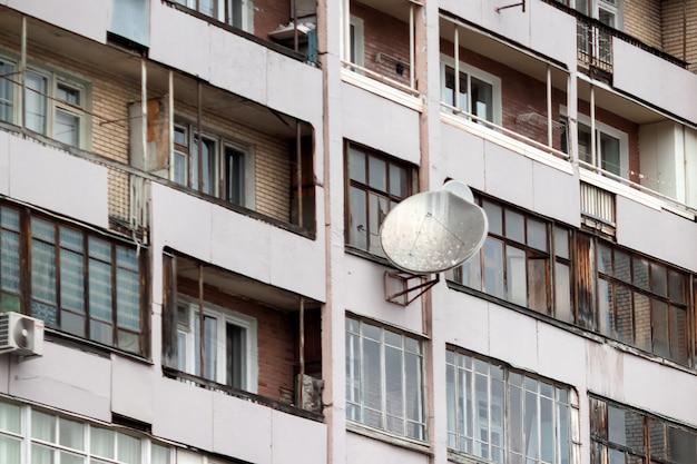 古い家の衛星放送受信アンテナ。カザフスタンのzhanaozen。