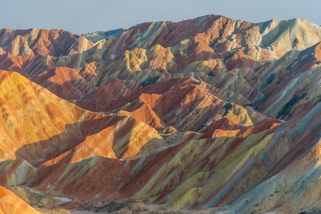 レインボー山。 zhangye danxia national geopark、gansu、中国。カラフルな風景