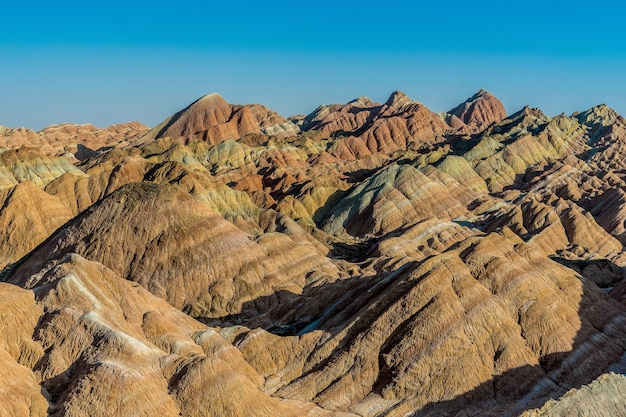 Радужная гора. национальный геопарк zhangye danxia, ганьсу, китай. красочный пейзаж