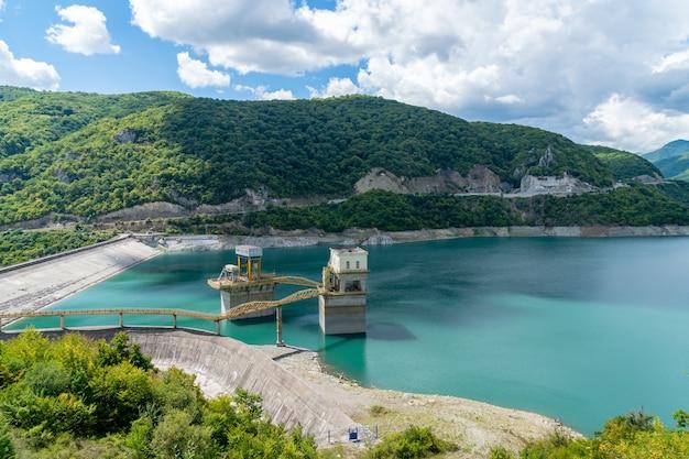 Zhinvali貯水池。山のダム。業界