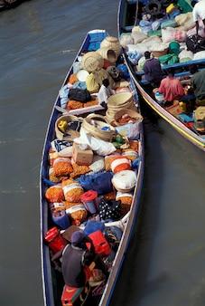 Ziguinchorセネガルの近くで乾燥貨物を運ぶボート